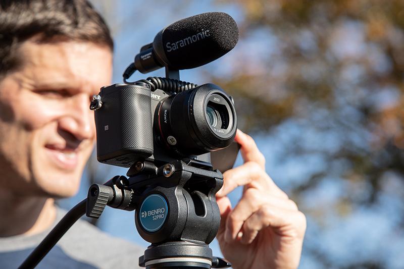 Benro Videostativ Travel Aero 2 med S2PRO-huvud och en monterad Sony-kamera med mikrofon